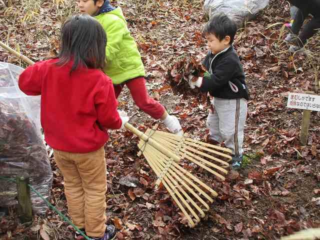 里山生活体験「落ち葉かきと焼き芋」